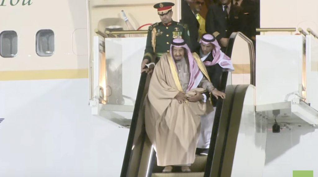 「本当の金持ちだ、、」サウジアラビアの王、エスカレーターが止まるハプニングでの反応が話題に