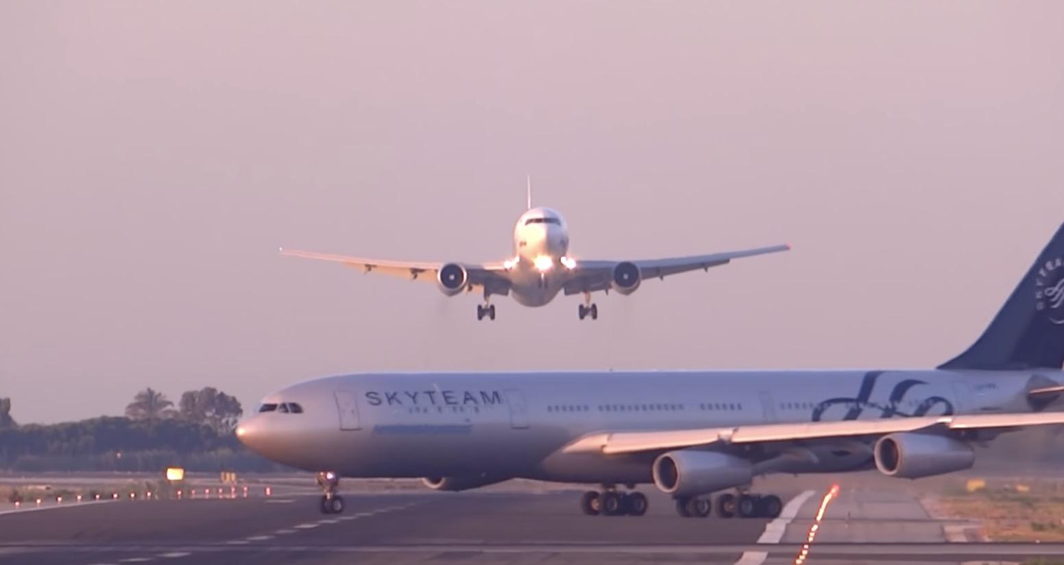 着陸態勢の飛行機の滑走路に別の飛行機が!緊張の瞬間