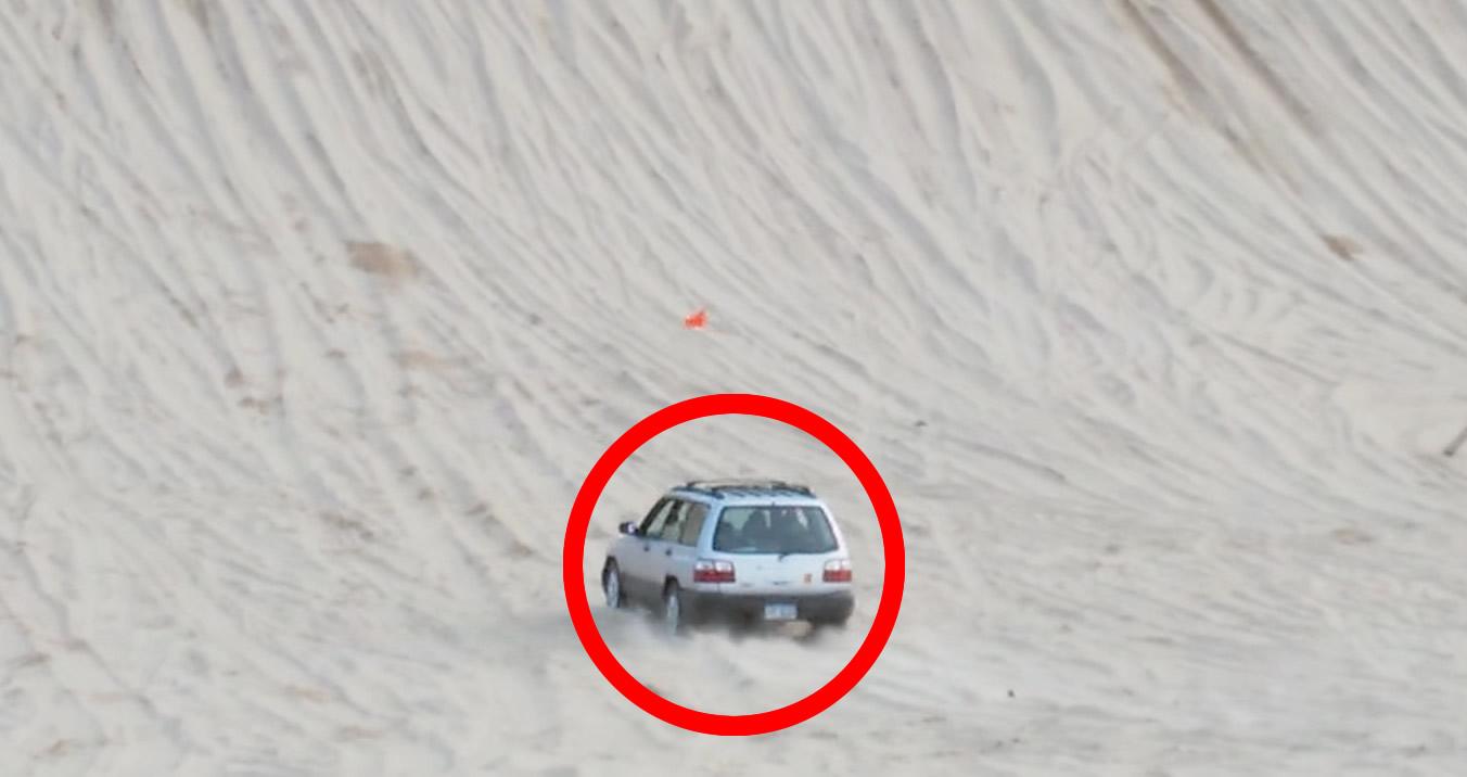 自慢の改造車が脱落する砂丘登り。しかし無改造の「古いスバル車」が最後まで駆け上り、みんなヘコむ