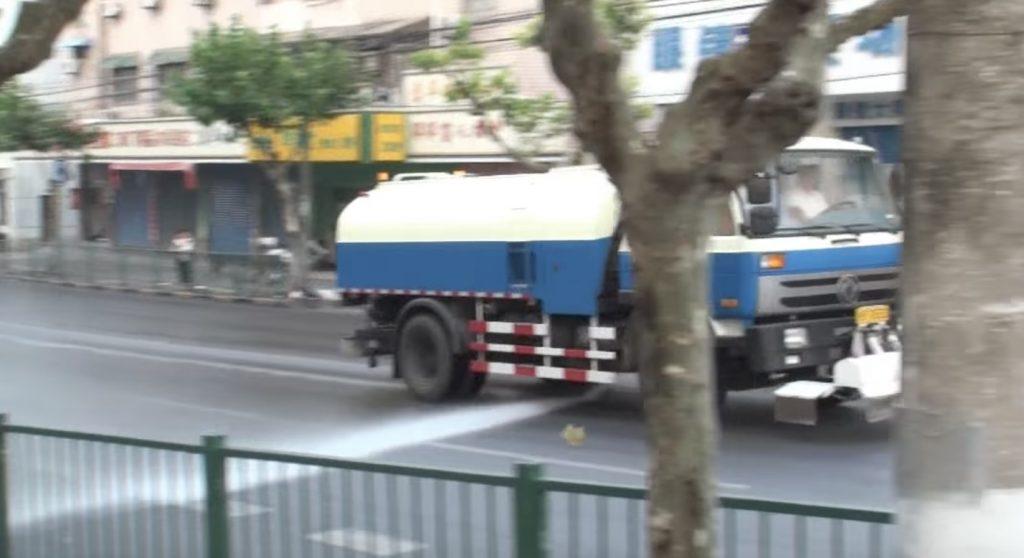 ゴミを吹き飛ばす恐怖の「高圧散水車」。威力強すぎ^ ^;