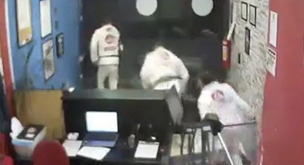 柔術道場に強盗に入ってしまった間抜けな男、屈強な生徒たちに追いかけられタジタジ