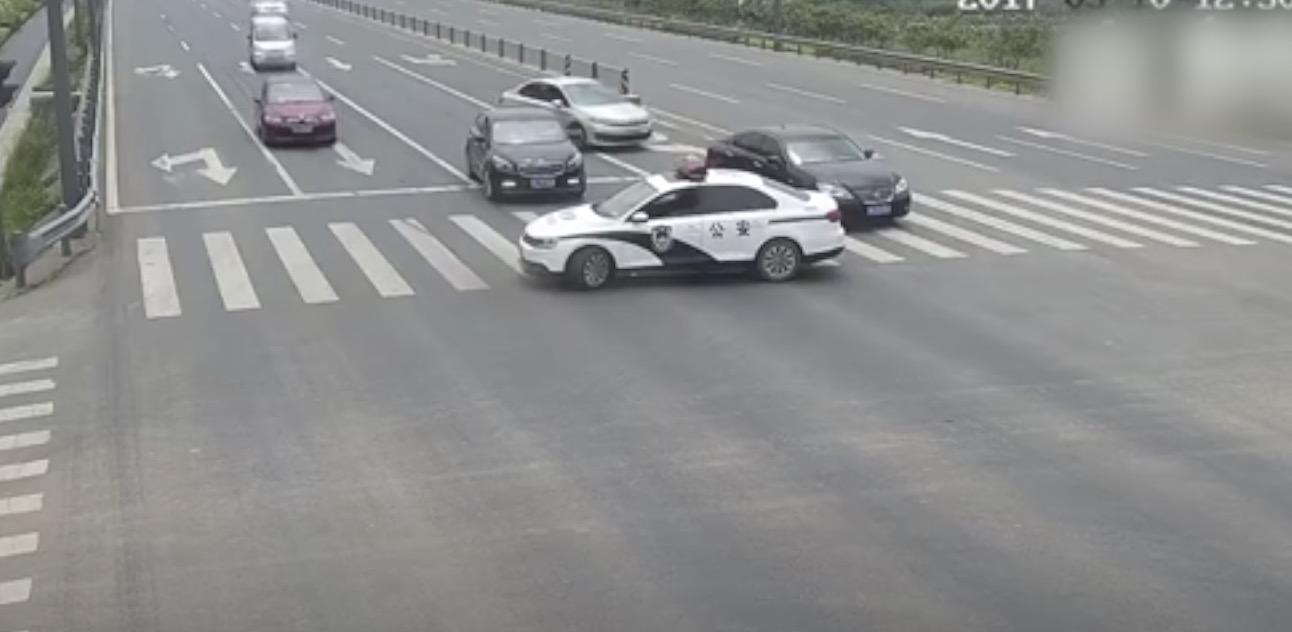 警察官の鏡!道路を塞いで停車したパトカー。警察官の優しい行動に心温まる!