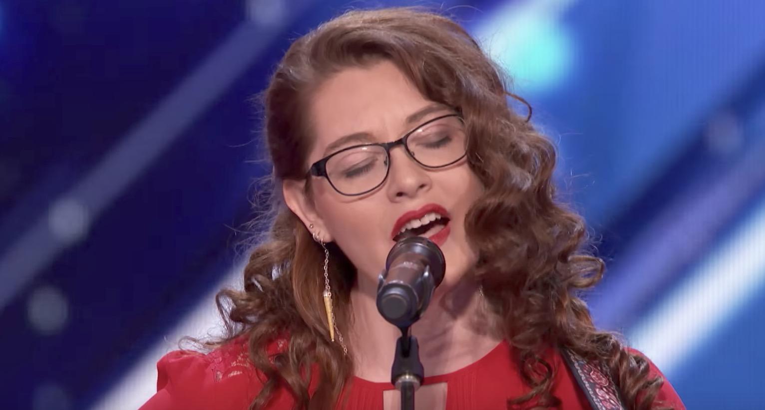 【鳥肌】耳の聴こえない女性が、経験を綴ったオリジナル曲を披露!心揺さぶられる歌声に観客も涙のスタンディングオベーション!
