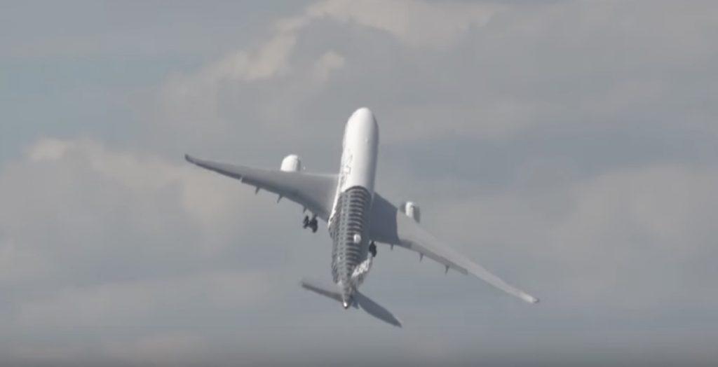 航空ショーで披露された、垂直に近い角度で離陸するエアバスが凄い!!