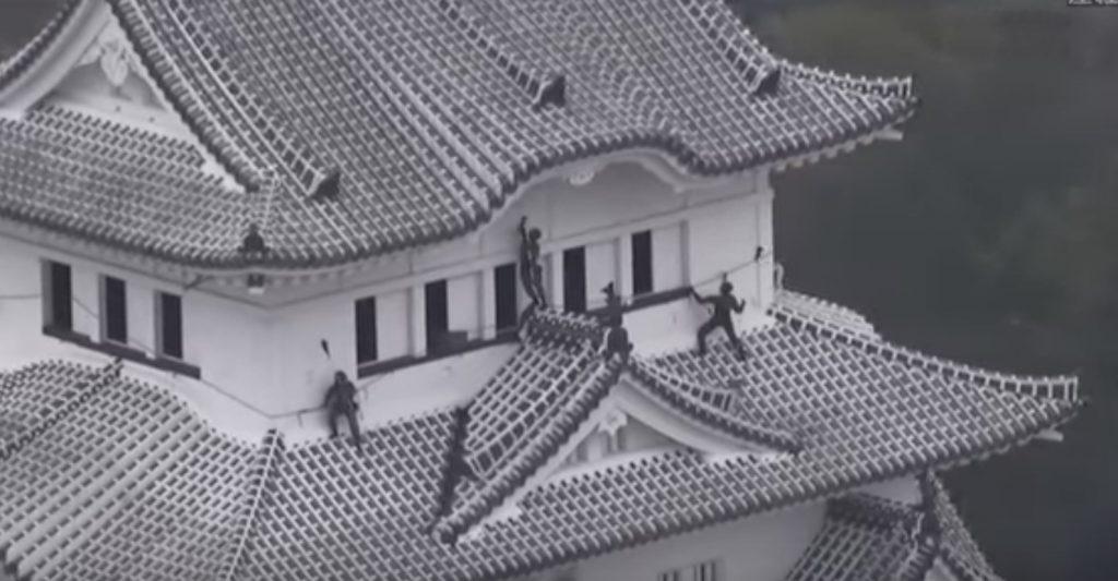 陸上自衛隊による「姫路城」の清掃が、突入する忍者にしか見えない!