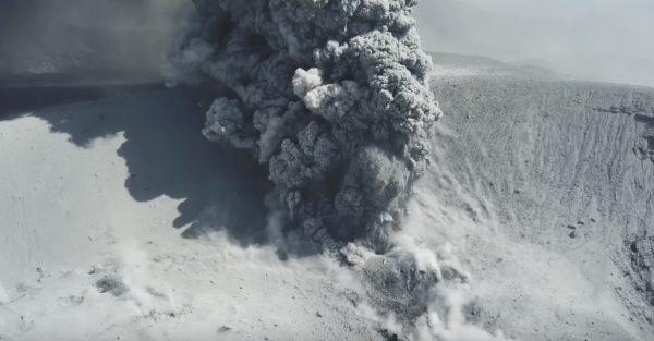 【九州】新燃岳の噴火をドローンで近距離から撮影した動画がスゴい!