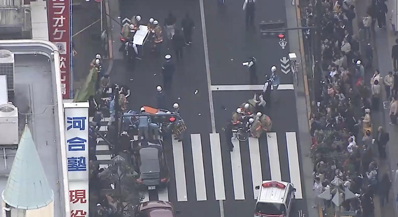 【速報】吉祥寺駅付近で車が歩道に突っ込む!
