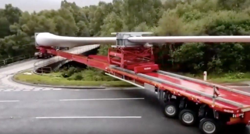 【神技】60メートルの風車の羽根を積んだトレーラーで右折する運転手の腕が凄い!