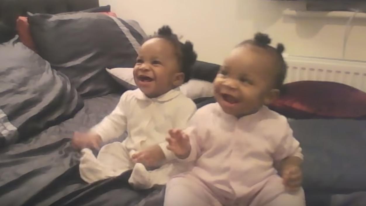 なんという喜びよう!お母さんの歌で踊りだす双子の赤ちゃんが超可愛い!
