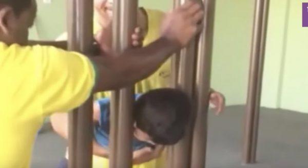 頭が挟まった子供を救出しようとするも2時間が経過。しかし発想の転換で、一発で抜け出せる方法があった!