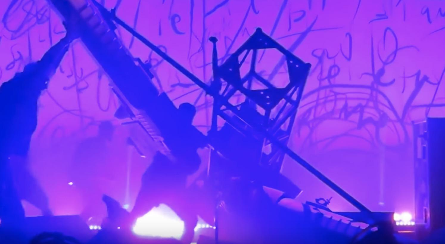 マリリン・マンソンさんが舞台セットの下敷きに!その瞬間の映像