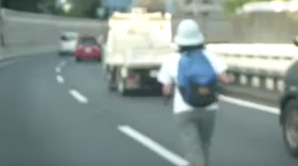 【日本】目を疑った、、高速道路でジョギングをする女性