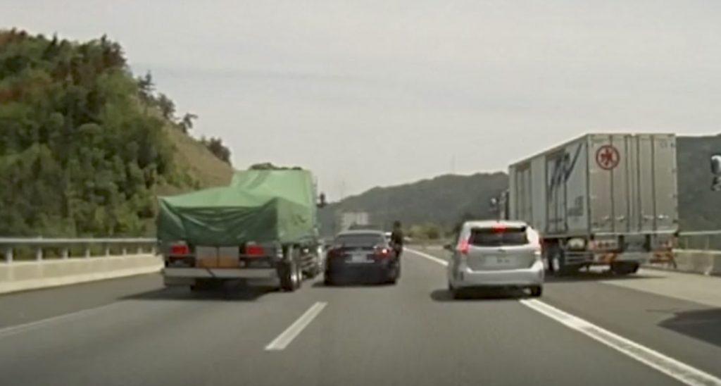 【危険運転】高速を二車線封鎖し、トラックを強制停車させる2台の車!急ブレーキ怖い。。