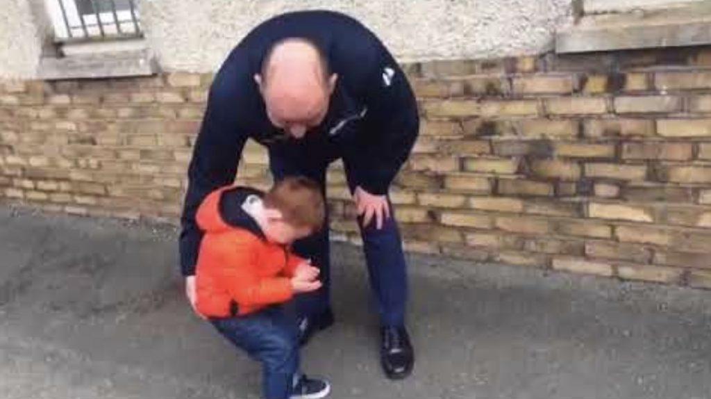 待ちに待った戦場からのパパの帰還。しかしパパが現れた瞬間、少年は動くことすらできなくなった