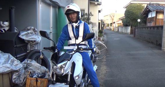 「白バイ」ぽい格好でバイクに乗ったら、周りの車も安全運転に。でもこれってOKなの?