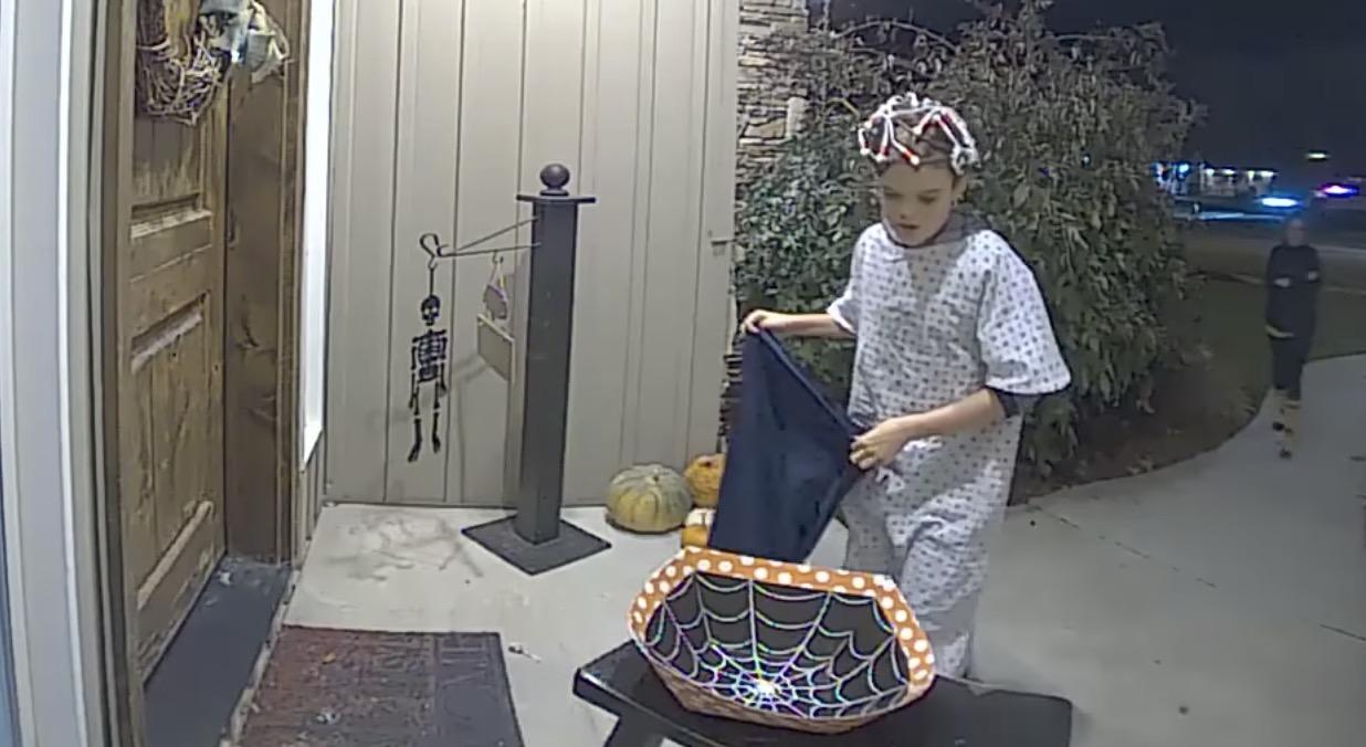 【感動】ハロウィンでお菓子をもらいに行ったら何も無い、、少年の優しい行動が話題に!