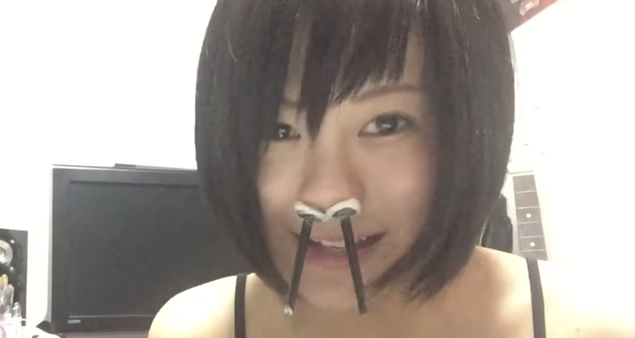 グラビアアイドルが盛大に鼻毛を抜く海外でも人気の動画がおもしろい笑