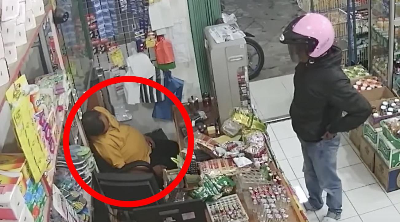 「あの、、私強盗に来た者なんですけど。。」意気揚々と強盗に来たものの店主が爆睡していた、、笑