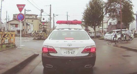 お巡りさんも疲れていたのかな、、運転が不安なパトカー