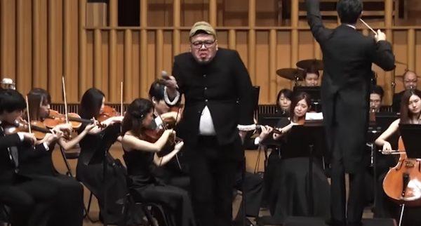 【爆笑】お前誰だ笑!荘厳なオーケストラの演奏中、突然現れて変な歌を歌う男がヤバい笑【野性爆弾】