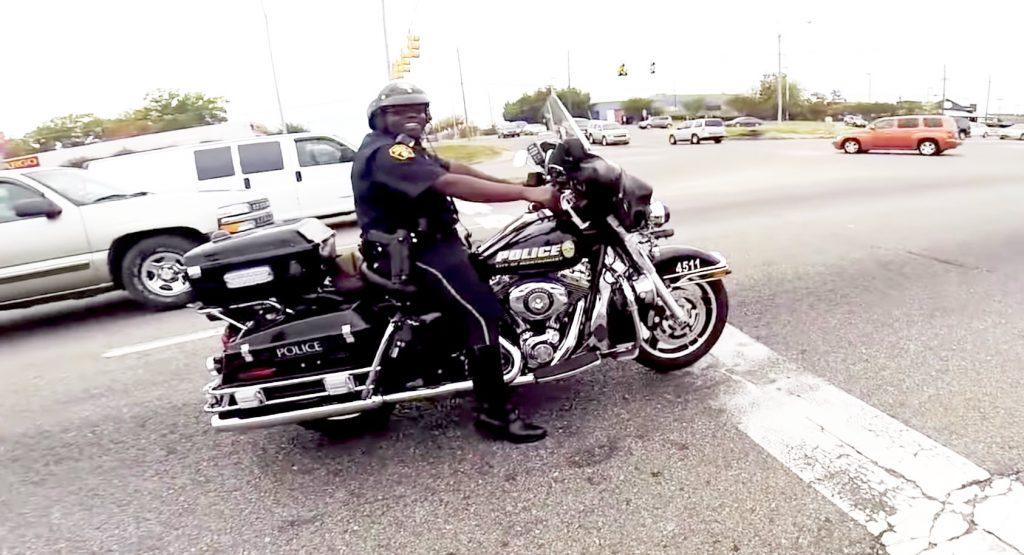 一般人と公道でドラッグレースをする警察官