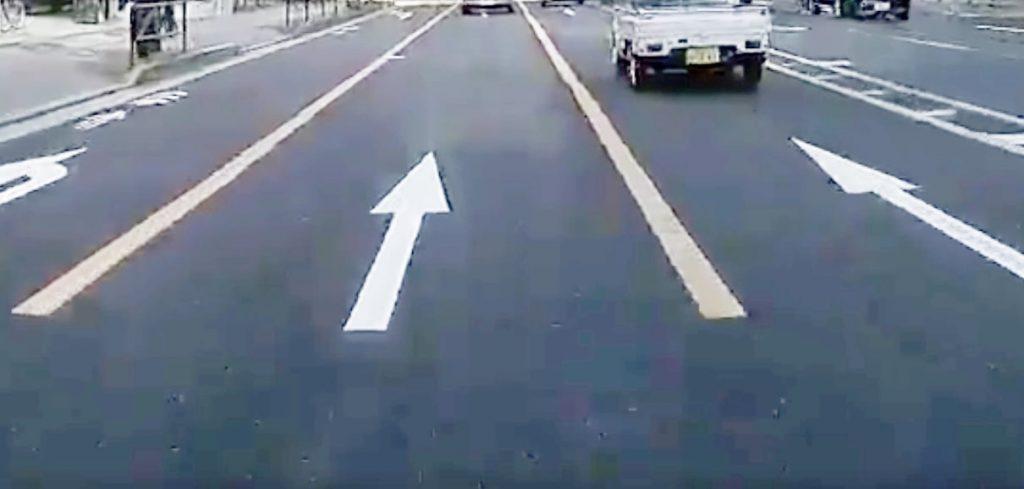 黄色線の手前で車線変更したのに警察に止めらる!ドライブレコーダーが無かったら切符を切られていた動画が話題に