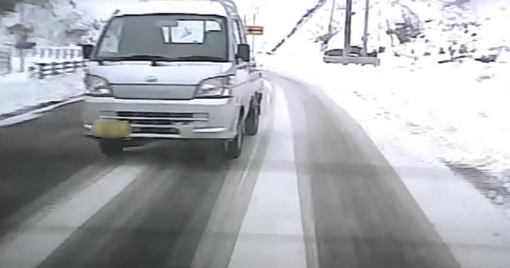自業自得。。雪道で無謀な追い越しをした軽トラが、恥ずかしいことに