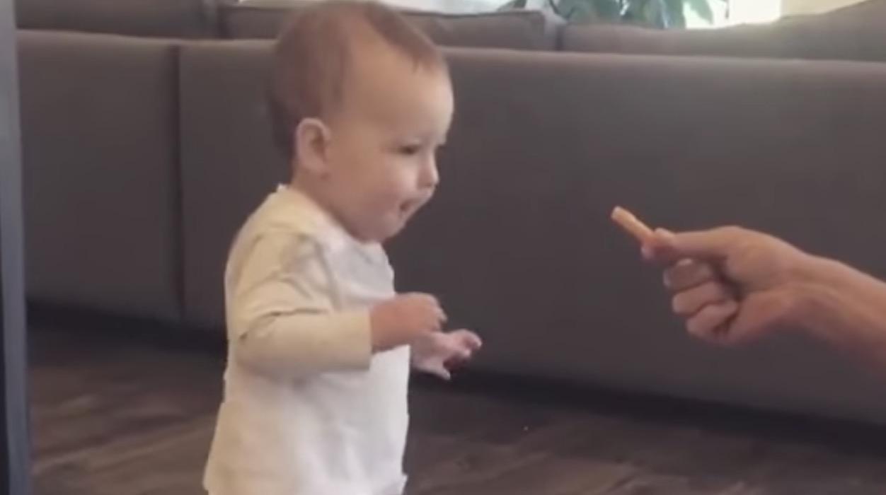 フライドポテトの匂いに釣られた赤ちゃん、初めての一歩を踏み出す