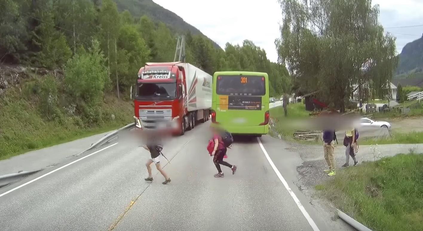 高速走行中のトラックの前に子供が!しかしボルボの最新「自動緊急ブレーキシステム」のおかげで助かる!