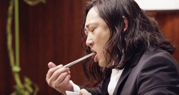 【爆笑】歴代最高の出来!ロバート秋山が記憶喪失のピアニストになる動画がヤバすぎ笑「本当に記憶無くしてる?笑」