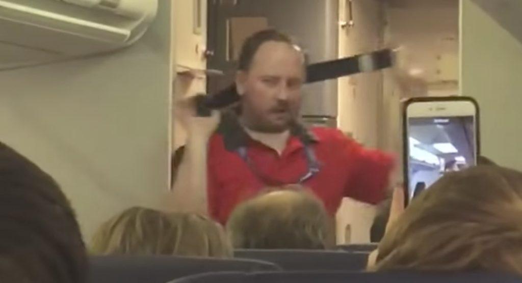 面白すぎる客室乗務員に乗客も大爆笑!これでよく怒られないなぁ笑