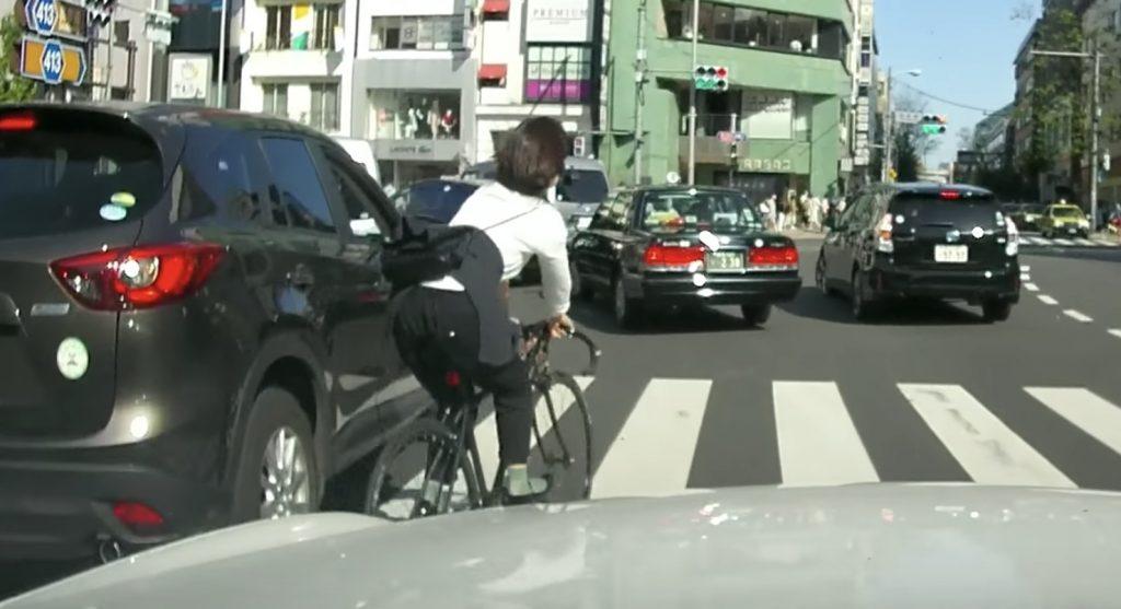 左折レーンで、凄いスピードですり抜け直進をしていく自転車の女性が危険すぎる!しかし自転車は左折レーンでも直進可能