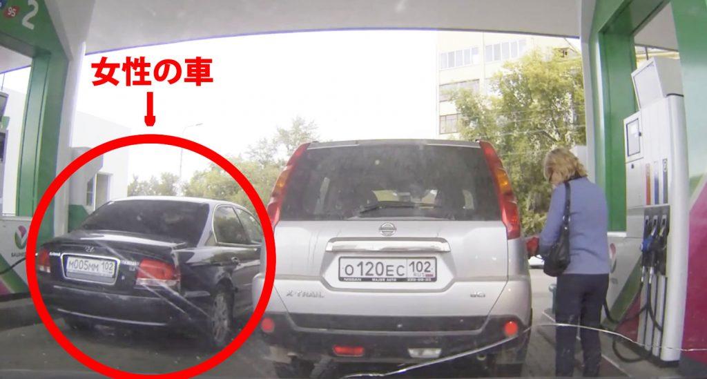 自分の車と間違えて隣のディーゼル車にレギュラーガソリンを給油する女性。指摘されても再び間違う^ ^;