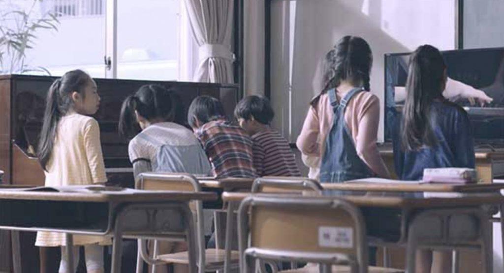 教室のピアノが一人でに演奏を始めて大騒ぎ!こんなことができるシステムに驚き