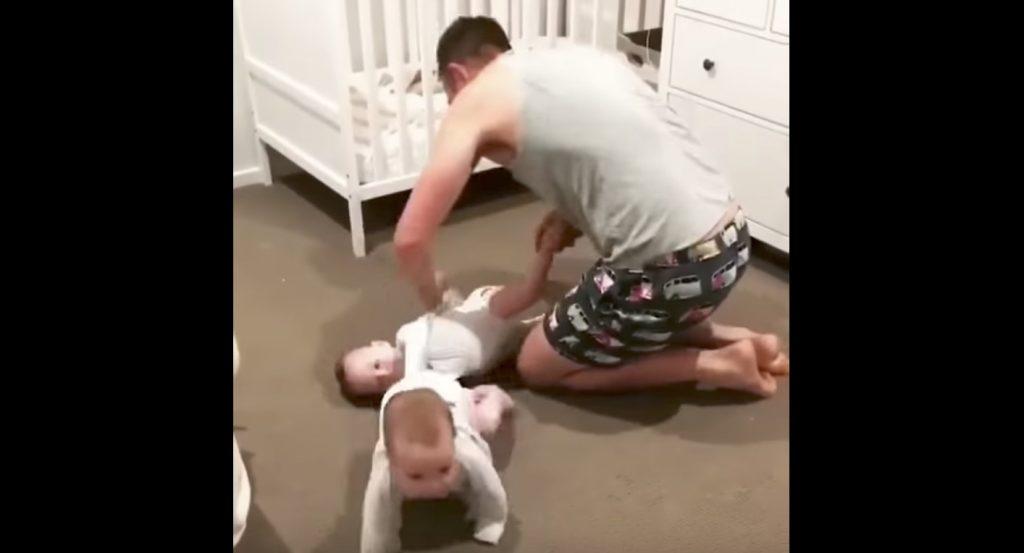 二人の赤ちゃんのオムツ替えは超大変!それでも諦めずに奮闘するパパ