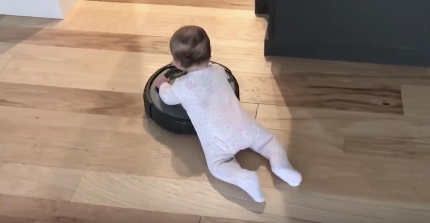 「ルンバ」に乗って移動する赤ちゃんの動画が「カワイイ!」と話題に^ ^