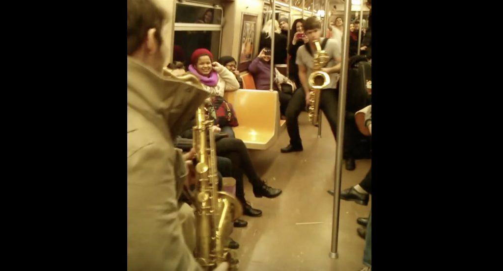 NYの電車内で知らない人同士の「サックスバトル」勃発!カッコ良すぎる演奏に乗客大盛り上がりで拍手喝采のラストに!