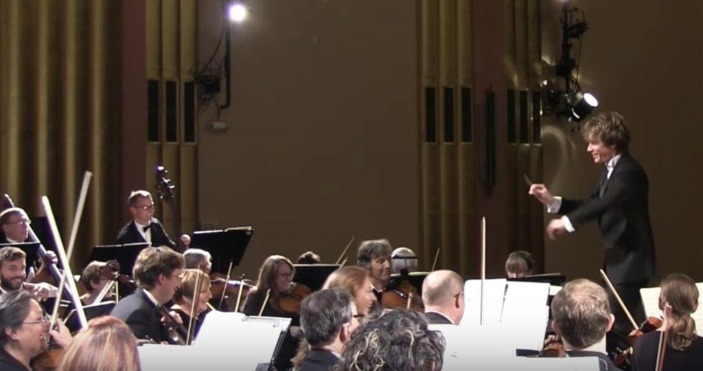【爆笑】オーケストラの演奏中ウトウトしていた女性が、突然の曲調変化に驚いて声を出してしまい奏者も客も大笑い笑