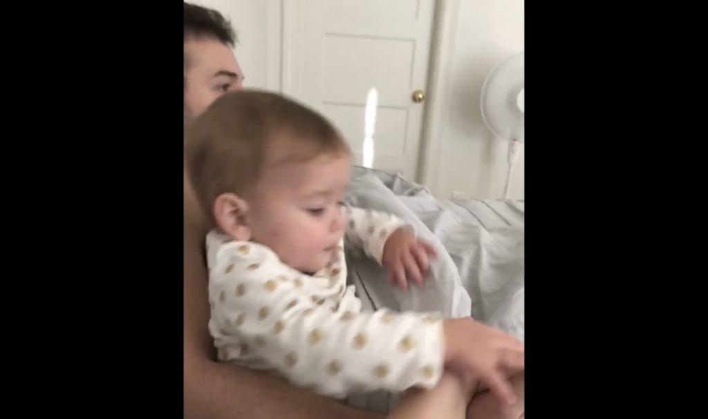 「パパは自分だけのもの!」パパの手を絶対にママに握らせたくない赤ちゃんが可愛い笑