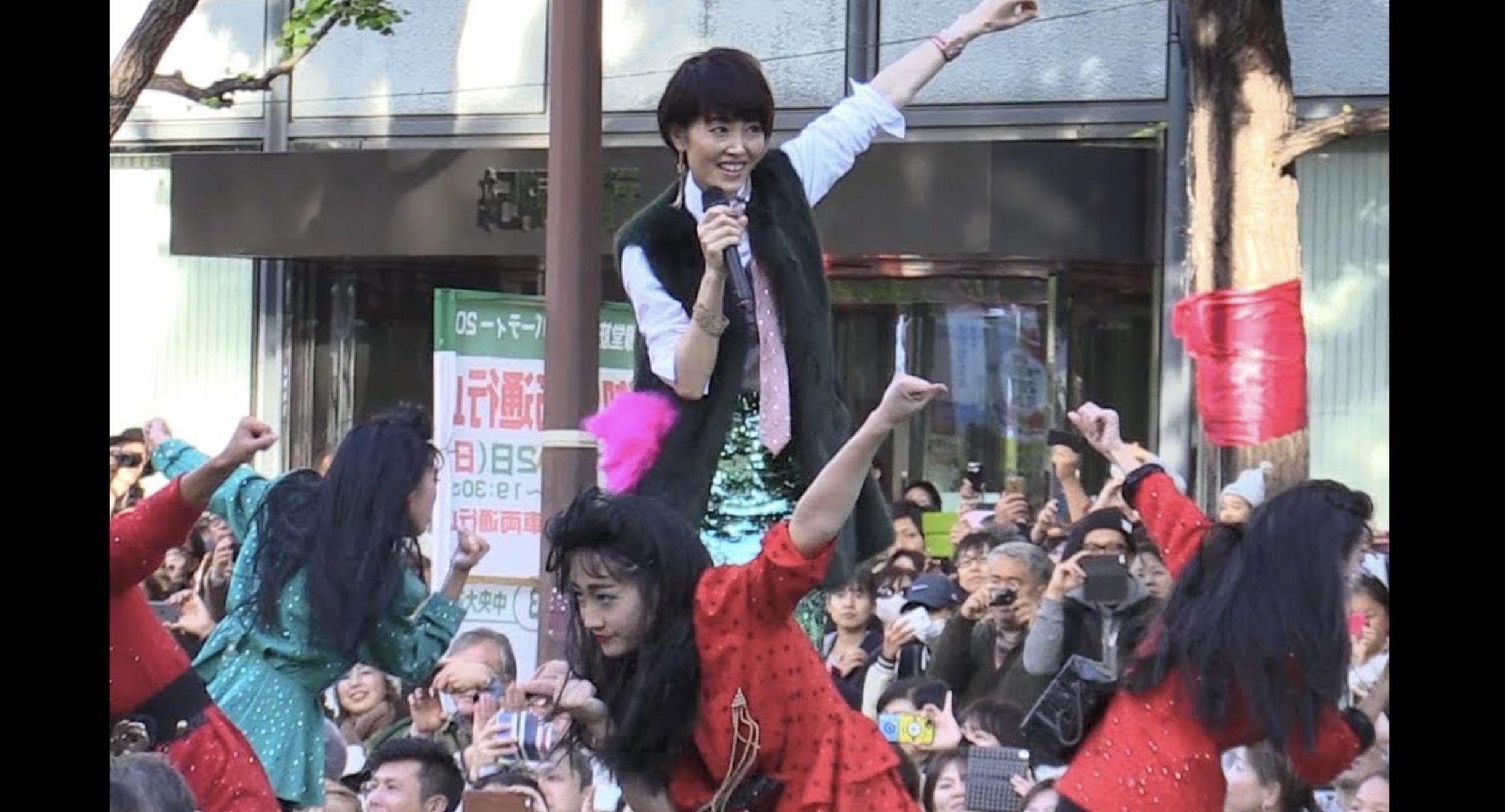 「バブリーダンス」に荻野目洋子さん本人が加わり熱唱!!