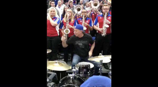 レッチリ「チャド・スミス」が地元大学ブラスバンドと共演!ロック全開の激しいドラムが超カッコいい!