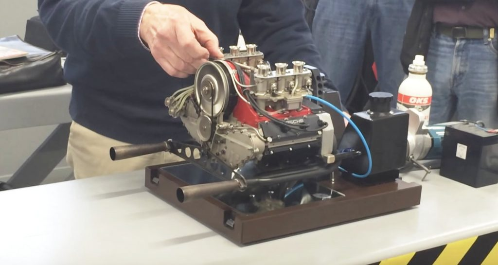 音が本物!40年前「ポルシェ 911」のエンジンを1/3サイズで再現したミニエンジンが凄い!