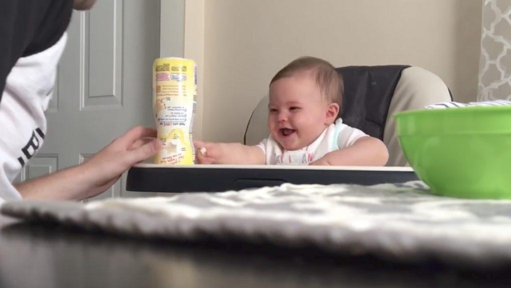 不器用なパパを見て、これ以上ないくらい大笑いする赤ちゃん笑