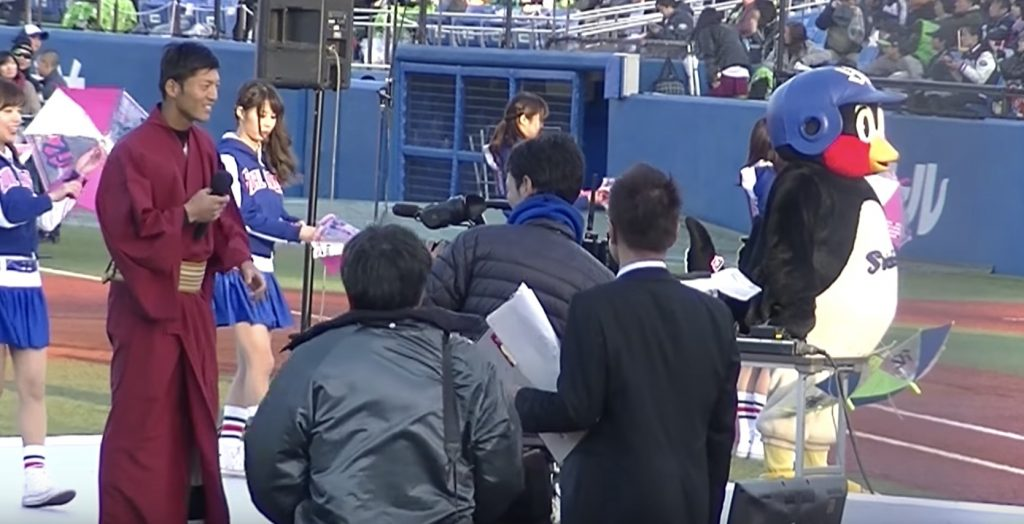 【爆笑】ヤクルトファン感謝デーで、西浦選手の音痴っぷりに「つば九郎」が気絶寸前に^ ^;