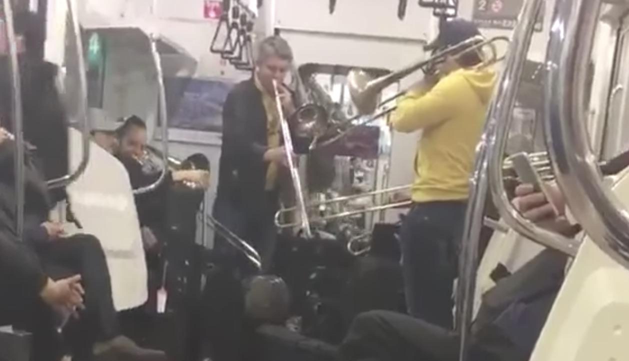 京浜東北線でドイツのトップ・オーケストラのメンバーがゲリラライブ!しかし賛否両論の声