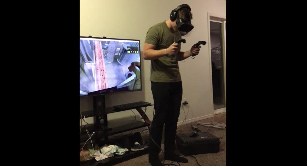 VRに没入しすぎた男性が、現実と仮想の区別がつかなくなり、テレビに突っ込んでしまう!