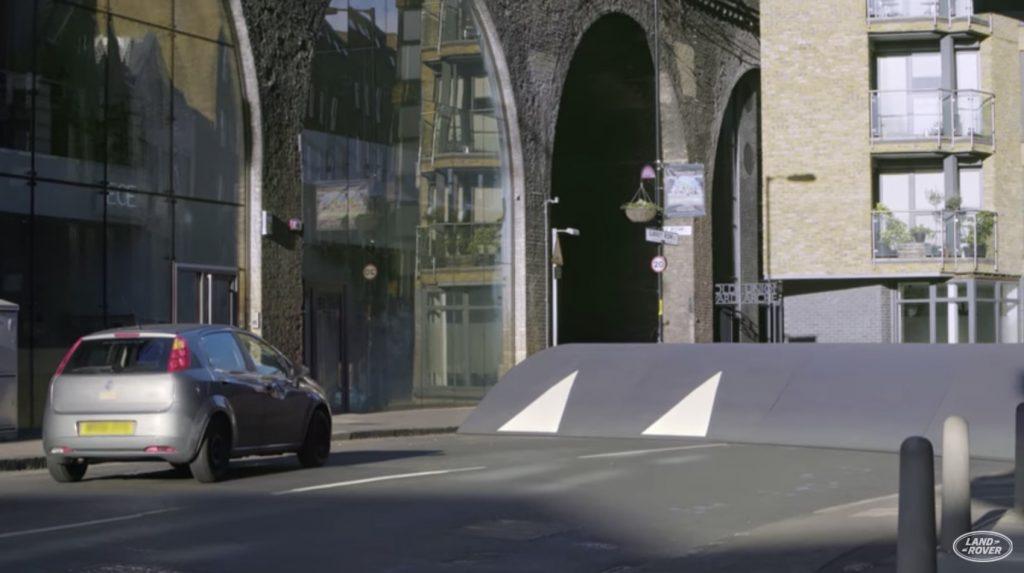 車道に設置された巨大「スピードバンプ」。しかし一台だけ乗り越えて行く車が!