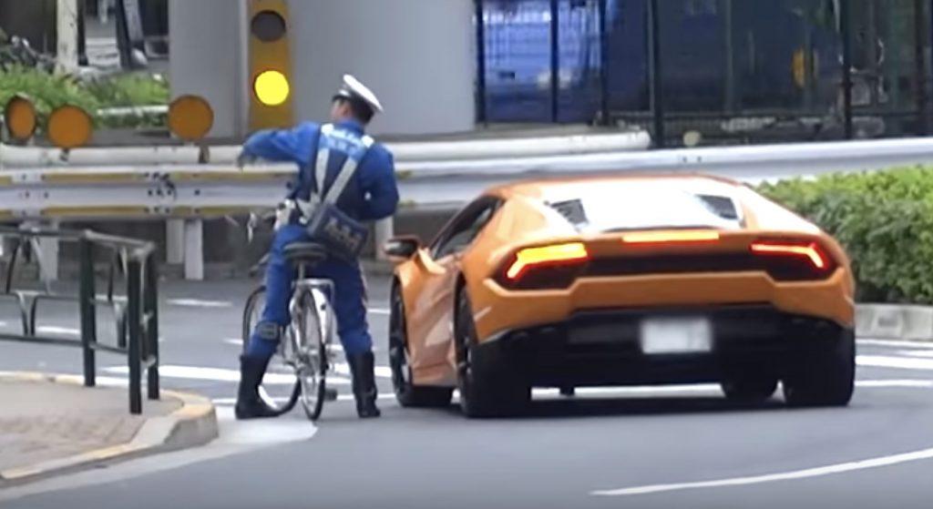 リアル両さん!?自転車の警官が強烈加速でランボルギーニを検挙!