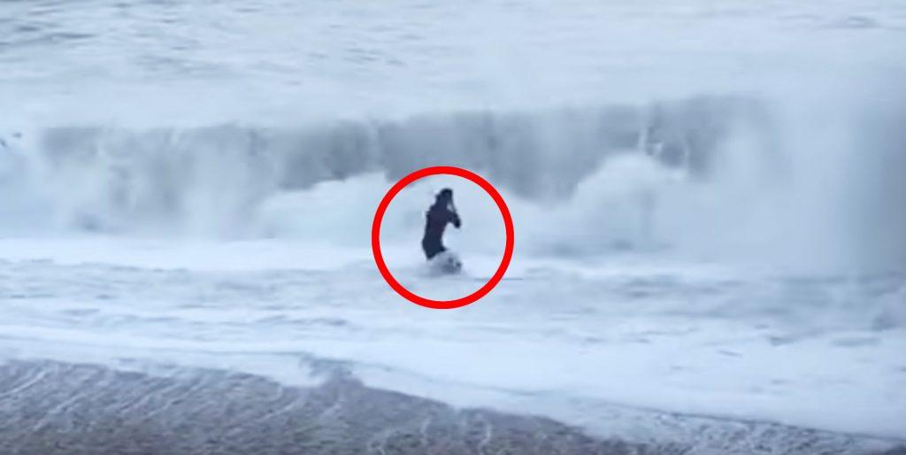 凍てつく海に飛び込み、荒波に攫われた犬を助ける女性