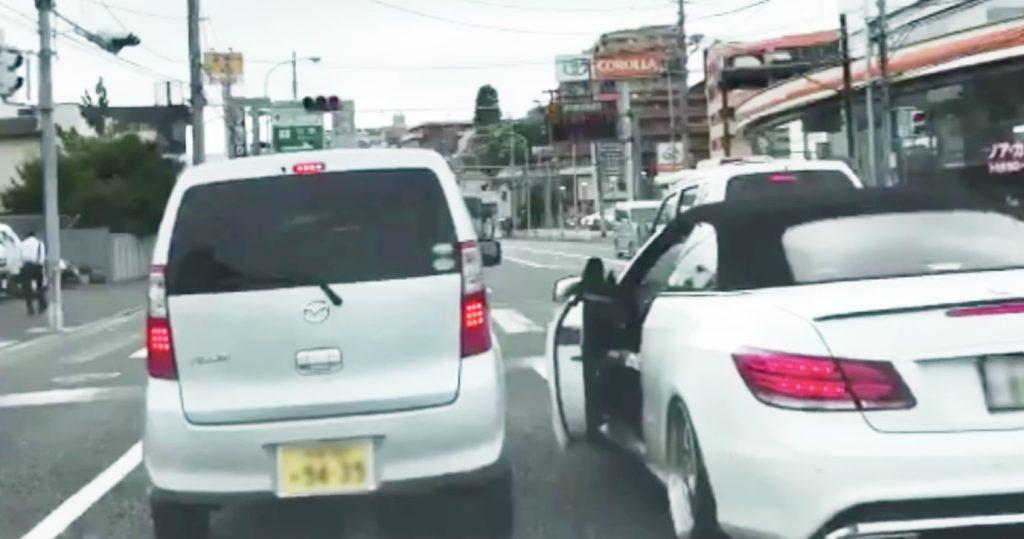 ベンツの運転手に絡まれ煽られていた軽自動車。しかし軽の方が一枚上手だった